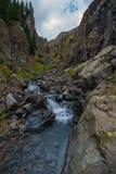 Liten vattenfall med kristallklart vatten Colorado arkivbild