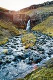Liten vattenfall och en bergström Royaltyfri Foto