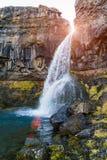 Liten vattenfall och en bergström Royaltyfria Bilder