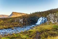 Liten vattenfall och en bergström Royaltyfri Bild