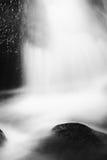 Liten vattenfall på den lilla bergströmmen, mossigt sandstenkvarter Klart kallt vatten är brådskan som hoppar ner in i liten pöl Royaltyfria Bilder