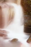 Liten vattenfall på den lilla bergströmmen, mossigt sandstenkvarter Klart kallt vatten är brådskan som hoppar ner in i liten pöl Fotografering för Bildbyråer