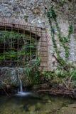 Liten vattenfall på en stenvägg Arkivbilder