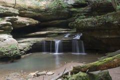 Liten vattenfall på grottan för gamal man` s fotografering för bildbyråer