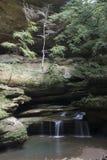 Liten vattenfall på grottan för gamal man` s royaltyfri fotografi