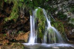 Liten vattenfall på Plitvice sjöar Arkivbild