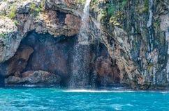 Liten vattenfall som faller in i havet Fotografering för Bildbyråer