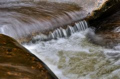 Liten vattenfalldetalj Arkivbild