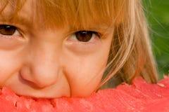 liten vattenmelon för flicka Arkivfoto