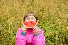 liten vattenmelon för gullig ätaflicka Royaltyfri Foto