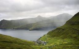 Liten by vid havet på en regnig dag: Funningur Faroe Island, Danmark, Europa arkivfoto