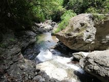 Liten vik av Agbalala nedgångar, i berg av Mindoro arkivfoto