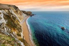 Liten vik för krig för mannolla-` på den Dorset kusten i sydliga England, mellan uddarna av den Durdle dörren till det västra och Royaltyfri Foto