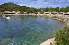Liten vik för Sa Caleta i den Ibiza ön, Spanien Arkivfoton