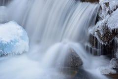 Liten vik för vinterkaskadstenblock Royaltyfri Foto