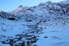 Liten vik i bergen i vinter, Gastein dal, Österrike, Europa Arkivfoto