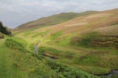 Liten vik i Pentland kullar near Edinburg, Skottland Arkivfoto