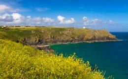 Liten vik nära ödlafyren, Cornwall, England Arkivfoto