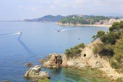 Liten vik på den spanska kusten Arkivbilder