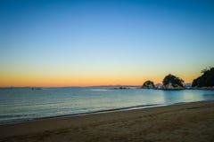 Liten vik på solnedgången i Abel Tasman National Park, Nya Zeeland Arkivbilder