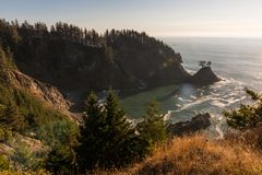 Liten vik på solnedgången i ett område av den sydliga kusten av Oregon, USA arkivbild
