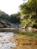 Liten vik Rio Barbaira i Rocchetta Nervina, Liguria - Italien Arkivfoton