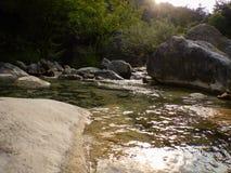 Liten vik Rio Barbaira i Rocchetta Nervina, Liguria - Italien Arkivbilder