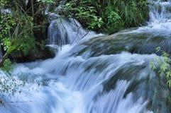 Liten liten vikvattenfall i nationalparken av Jiuzhaigou royaltyfria foton