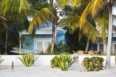 Liten villa på Jolly Beach, Antigua royaltyfri fotografi