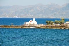 Liten vit grekisk kyrka på havet på Kreta royaltyfri bild