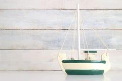 Liten vit och grön träfartygmodell arkivbilder