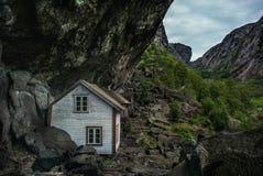 Liten vit som fiskar huset Norge, vaggar royaltyfria bilder