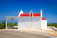 Liten vitkyrka på segla utmed kusten av Crete Fotografering för Bildbyråer