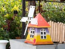Liten wood turbin i trädgård Arkivfoto