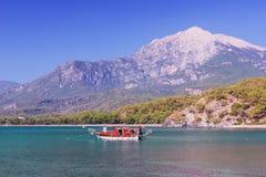 Liten yacht i en fjärd på Phaselis, Turkiet Arkivbild