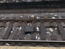 Litera de la basura en pista del subterráneo de New York City imagen de archivo libre de regalías