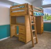 Litera de madera en dormitorio del ` s del niño imágenes de archivo libres de regalías