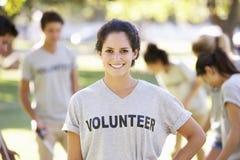 Litera voluntaria del claro del grupo en parque Imagenes de archivo