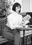 Literatur f?r Frau Becher der besten Kombination des guten Kaffees und des angenehmen Buches f?r perfektes Wochenende M?dchengetr stockbild