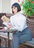 Literatur f?r Frau Becher der besten Kombination des guten Kaffees und des angenehmen Buches f?r perfektes Wochenende M?dchengetr stockfotos