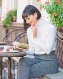 Literatur f?r Frau M?dchengetr?nkkaffee-Lesebuch Becher der besten Kombination des guten Kaffees und des angenehmen Buches f?r pe lizenzfreie stockbilder