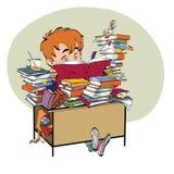 Literatur, Studentenjunge liest Bücher Stockfotografie