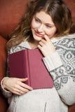 Literatura en el sofá Fotos de archivo libres de regalías