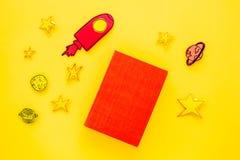Literatura para los niños Fantactic, historia de la ficción Reserve con la cubierta en blanco cerca del recorte del cohete, estre fotografía de archivo libre de regalías