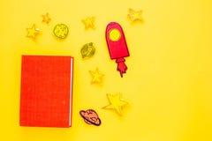 Literatura para los niños Fantactic, historia de la ficción Reserve con la cubierta en blanco cerca del recorte del cohete, estre fotos de archivo libres de regalías