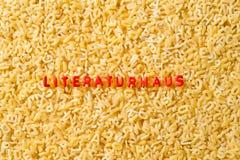 Literaturhaus сказало по буквам с макаронными изделиями алфавита стоковые изображения rf