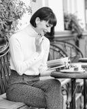 Literatuur voor wijfje Het meisje drinkt koffie gelezen boek Mok van goede koffie en prettige boek beste combinatie voor perfect royalty-vrije stock foto