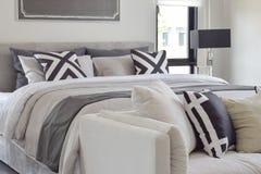 Literie classique moderne de style avec le sofa confortable dans le bedroo images stock