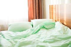 Literie verte de menthe sur le lit image stock