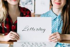 Literowania handwriting ręk chwyta papieru kursowy tekst obrazy stock